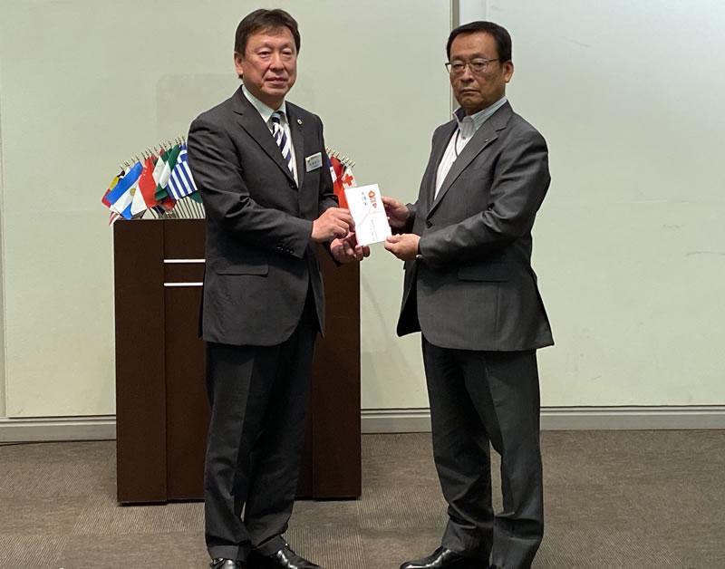 目録を受け取る菅野芳美常務事業局長(右)